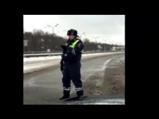 13 января 2016 года в Подмосковье инспектор ДПС, чтобы пропустить кортеж, не давал двигаться скорой помощи, внутри которой наход
