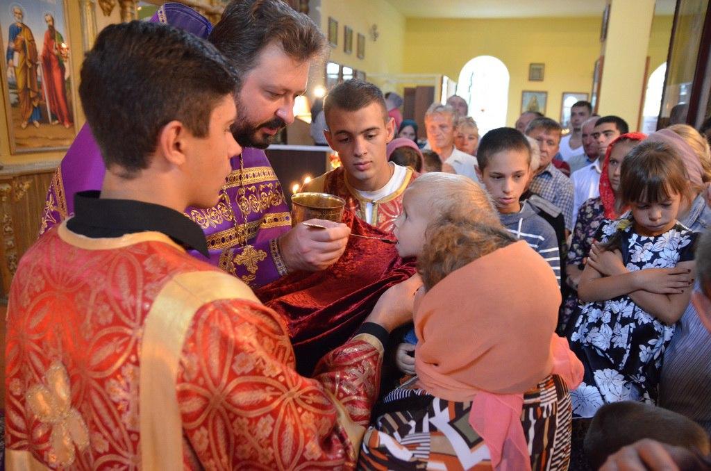 В Петропавловском храме станицы Зеленчукской были совершены чины малого освящения воды и меда нового урожая