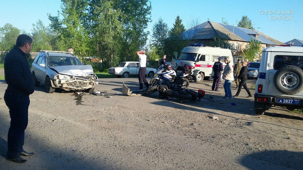 Фото: в Бийском районе сбили полицейского мотоциклиста