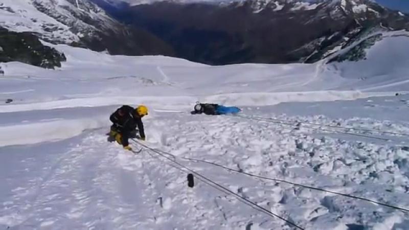 Как трудно удержать человека на леднике