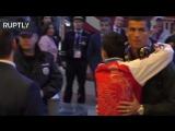 В Москве фанат прорвал оцепление, чтобы обнять Криштиану Роналду
