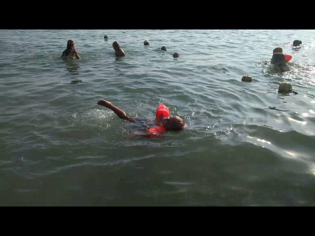 Женя плавает :)