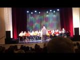 Оркестр старших классов играет