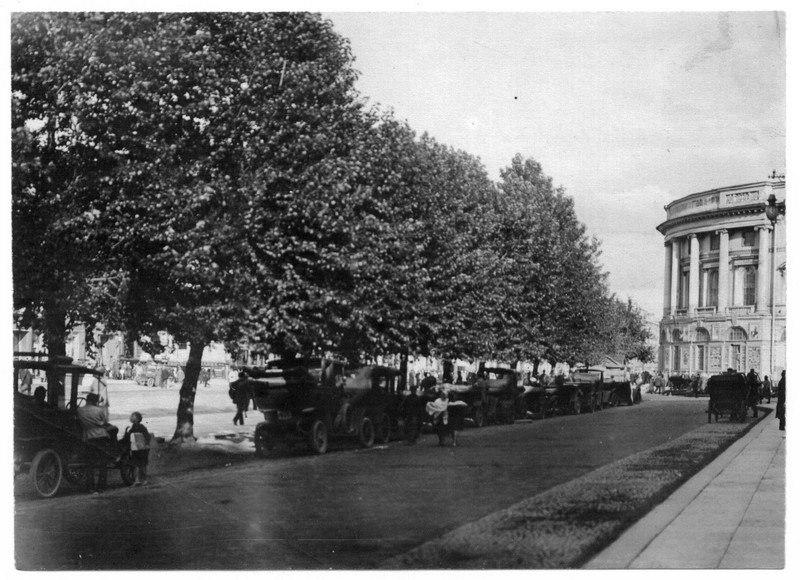 Стоянка таксомоторов у Гостиного двора.  1922 г.