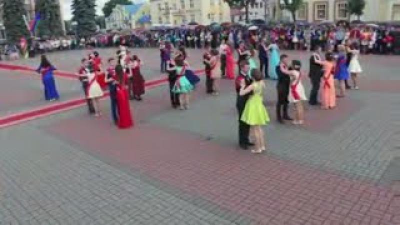Восхитительный танцевальный флэшмоб | Вальс выпускников на площади [Студия Отр ...