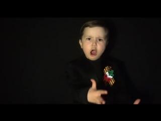 Маленький мальчик поёт