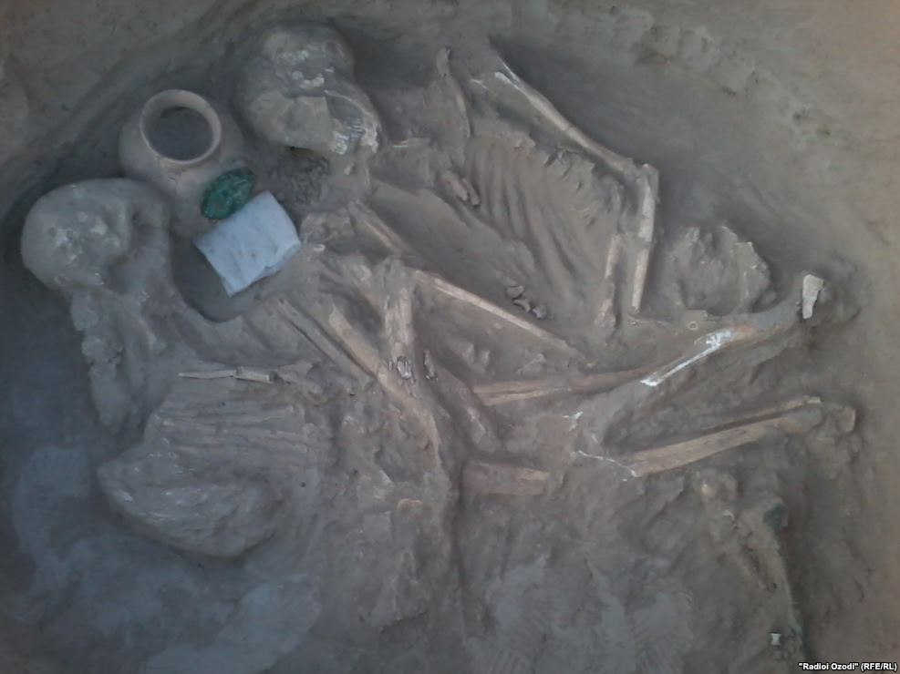 Археологи обнаружили в Фархоре парное захоронение бронзового века. ФОТО