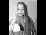 Маленькая девочка мило поет ♫ Смотреть всем