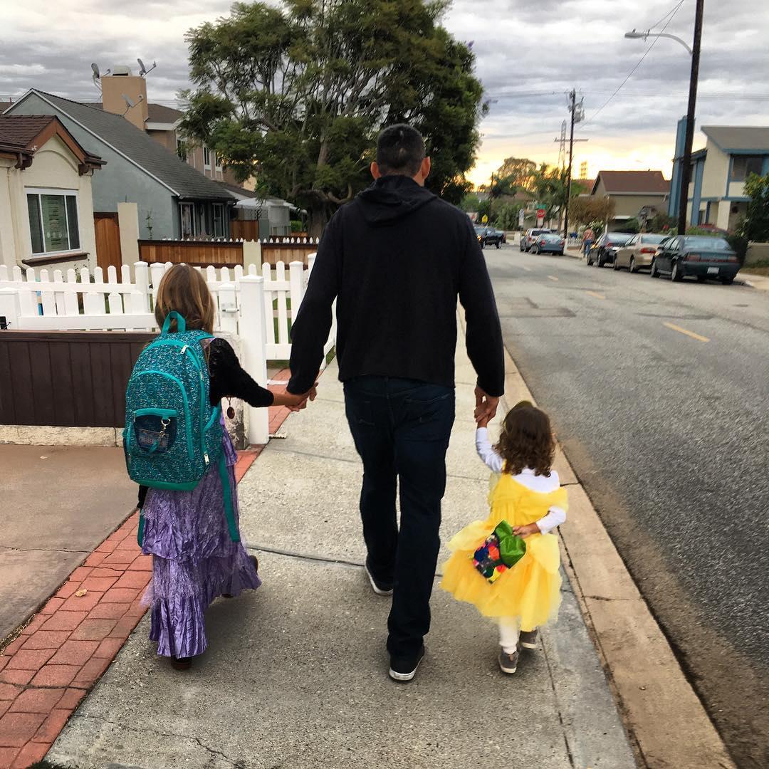 Фабрисио Вердум ведет своих дочерей в школу
