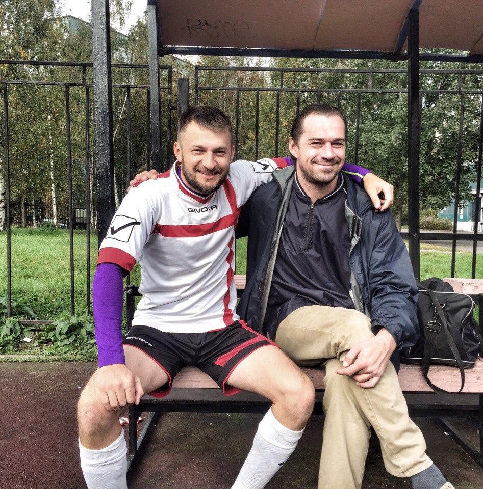 Капитаны двух самобытных команд Премьер-лиги, Владимир Аникеев и Сергей Симанов, тепло приветствуют друг друга после долгой паузы.