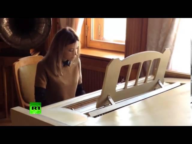 Наталья Поклонская играет гимн Люфтваффе «Was wollen wir trinken» на пианино