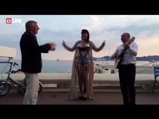 Оперная певица гуляет голая на Каннском кинофестивале в поисках мужа