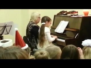Первое маленькое выступление Ариши в муз. школе )