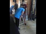 Модрычи. Саша Драчевский. Инструктор учит как правильно вставать самостоятельно из положения сидя в положение стоя на ходунки.