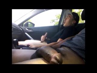 мастрбирует в машине