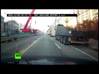 Строительный кран упал на автостраду в Южной Корее