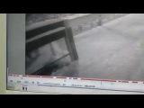 Уличная камера сняла, как вандалы разбивают стеклянную остановку в Томске