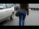 Милашка с красивой фигуркой в джинсах