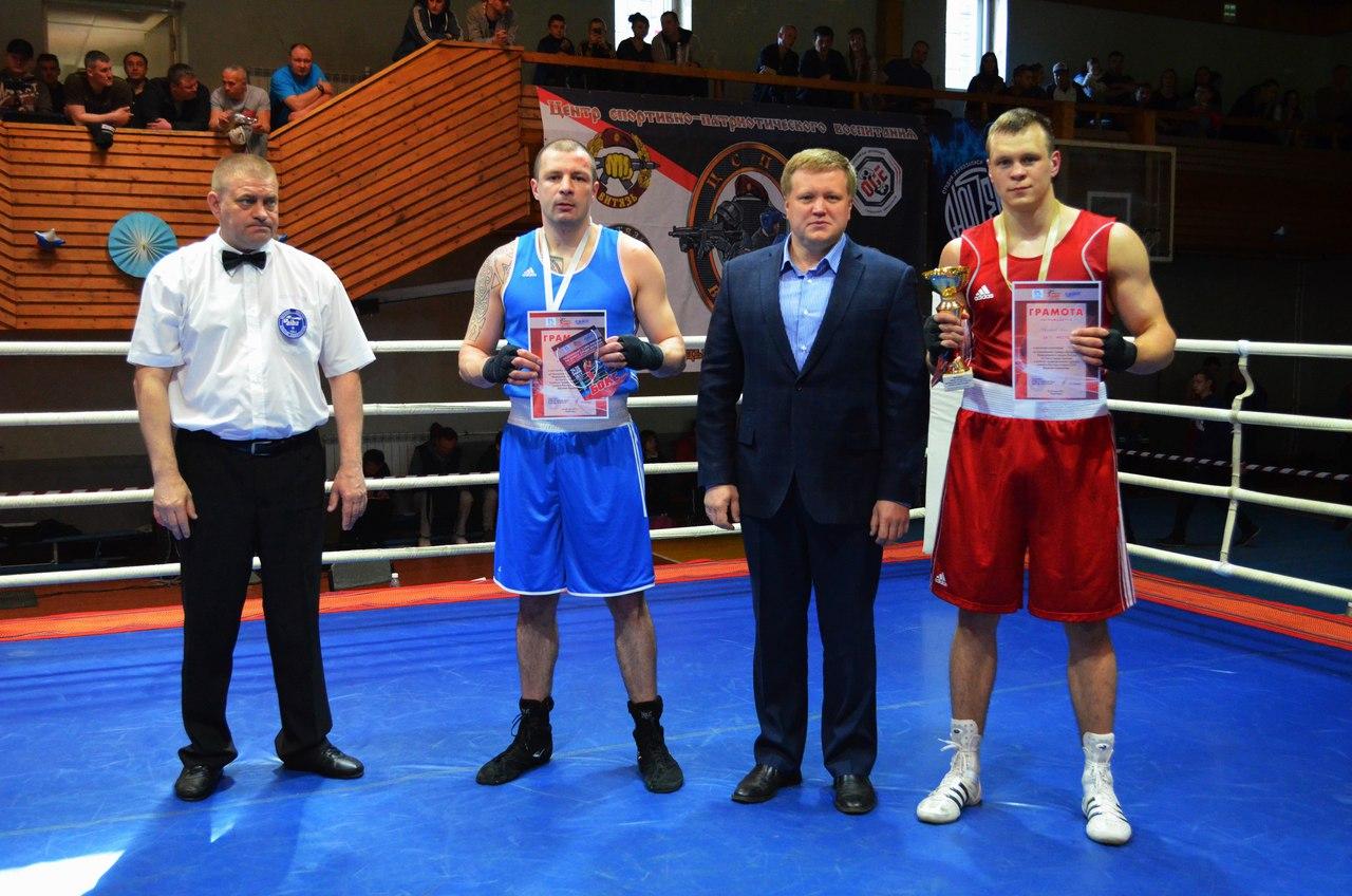 на фото: Виктор Серба (синий угол) и Илья Квасников (красный угол)