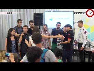 Студенты бросили торт в заместителя министров финансов Украины во время пресс-конференции