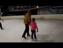 Даша первый раз учится кататься на коньках с тренером. 28.05.2017.