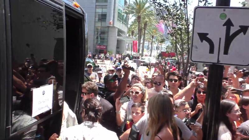 Актёрский состав «Одаренных» покидает отель в Сан-Диего.