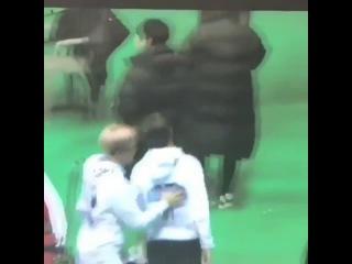 BTS Suga spanking V at ISAC 2017 아이돌 스타 육상 선수권 대회
