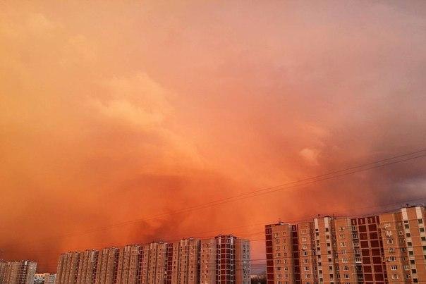 «Небо горит»Вечером 24 апреля небо в столице приобрело необычный роз