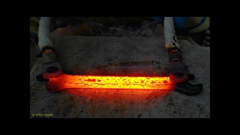 ✅Плавлю ТРАНСФОРМАТОРОМ металл ⚡ Кипит железо🔥Опасные опыты с микроволновкой