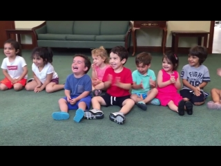 Истерический и заразительный смех мальчика в классе музыки