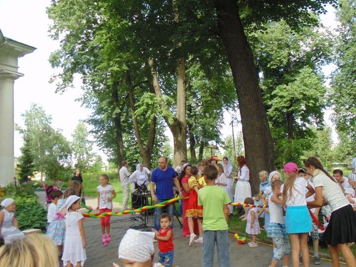Около ста человек пришли на праздник из цикла «Детский час» в Гребневе