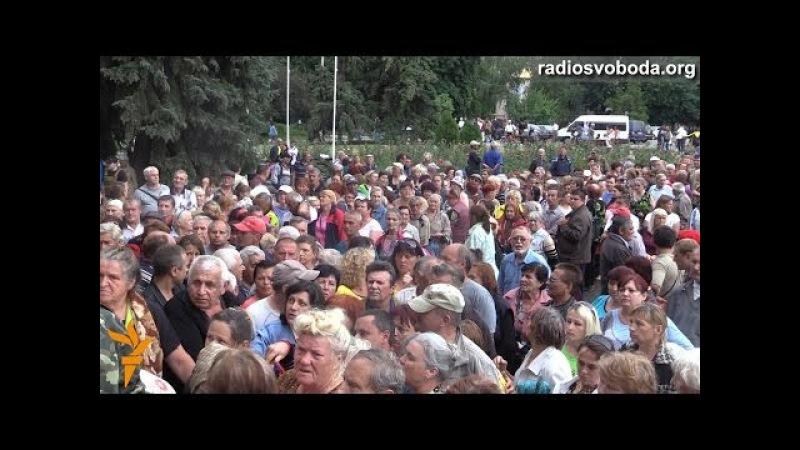 У Слов'янську українські військові роздають гуманітарну допомогу місцевим мешканцям