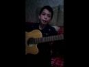 Мальчик класно поет под гитару