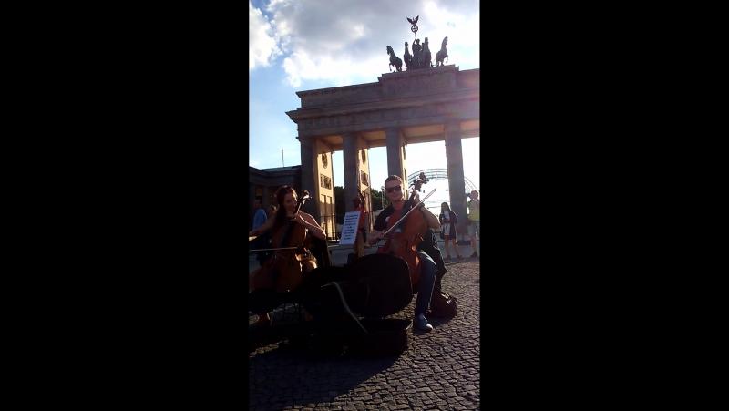 Архангелогородцы устроили дебош в центре Берлина. Собирают деньги на билет в Россию прямо у Бранденбургских ворот. Жесть