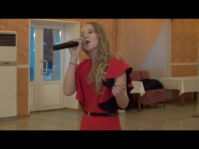 сестра поет песню на свадьбе старшего брата