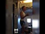 Пьяный гей-виталик стал оскорблять русских на борту самолета