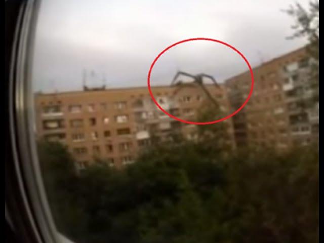 Dziwna istota wspina się na budynek w Rosji