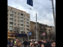 Колонна большая, машины сигналят, люди кричат Жыве Беларусь .