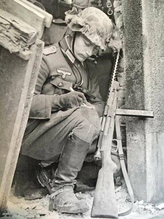 Германский пехотинец, вооруженный Beretta M38.