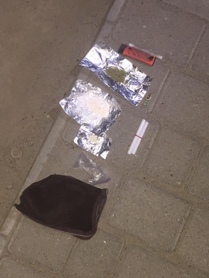 Порошок та речовини рослинного походження, схожі на наркотичні, знайшли вночі біля вул. Лесі Українки