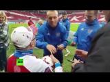 Перед матчем с Мексикой футболисты сборной России подарили болельщику, страдающему ДЦП, мяч с автографами.
