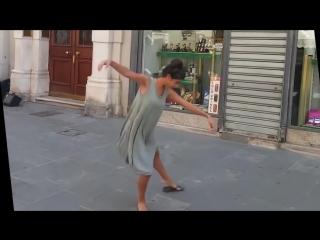 #Балерина из Израиля не Устояла перед Мелодией Уличного Музыканта в Италии