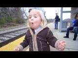Реакция девочки на прибытие поезда