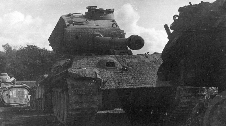 Подбитый немецкий танк Pz.Kpfw.V Ausf.G «Пантера» на СПАМе (сборный пункт аварийных машин). Франция, 1944 год.