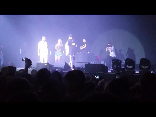Девушка спела вместе с группой ХЛЕБ Чай Сахар