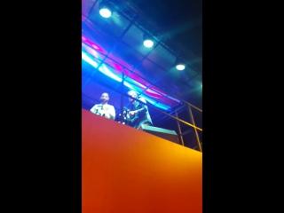 L'one прыгнул в толпу фанатов на концерте K11 Nike 11 июня в Москве.
