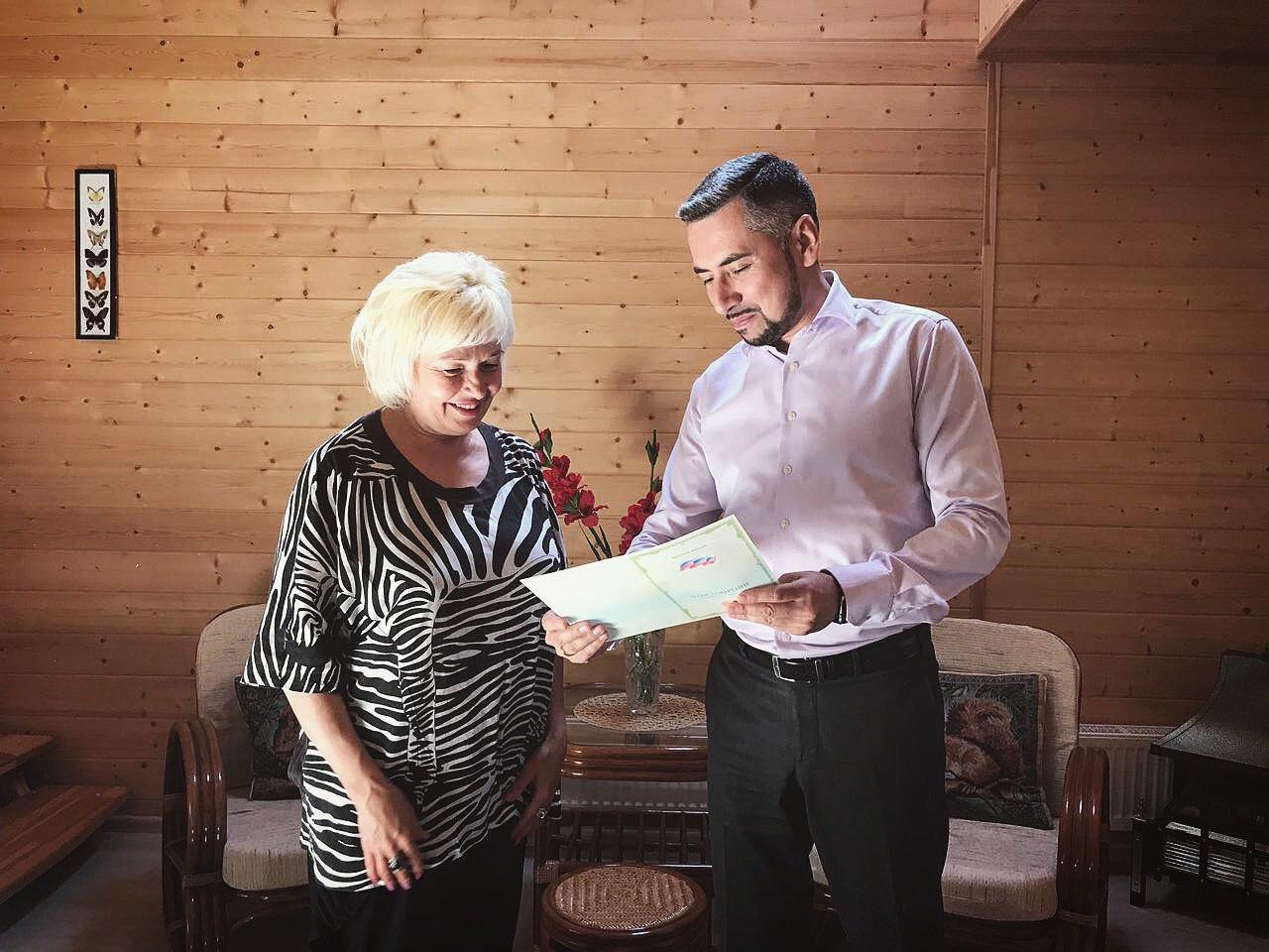 Ректор Университета Садоводов Рустам Мавланов вручает документы слушательнице