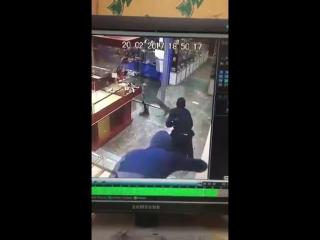 ▶ В Зеленодольске трое в масках совершили налет на ювелирный магазин