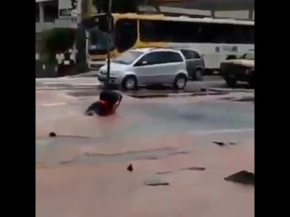 Man drive into a gutter hole and lost his motorcycle