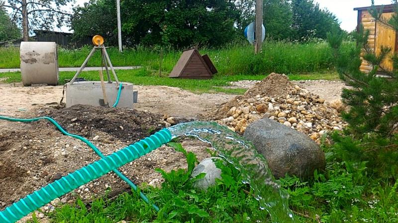 Откачка воды в процессе работ.